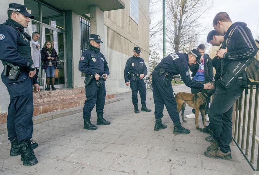 policía local con menores